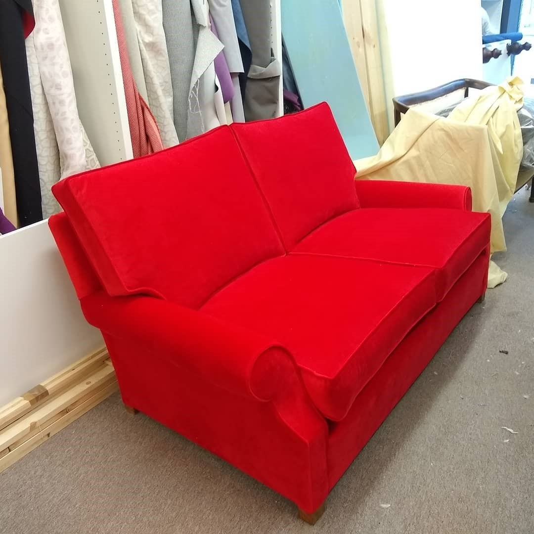 Accent-color-sofa-with-matching-piping